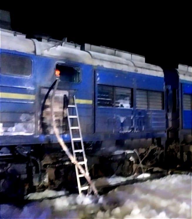 """Горів задній відсік тепловоза потягу """"Інтер-Сіті""""/ фото facebook.com/DSNSMYKOL"""