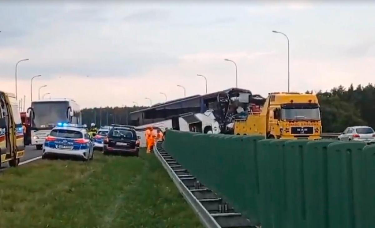 Внаслідок аварії в Польщі легкі травмиотримали13 людей/ скріншот