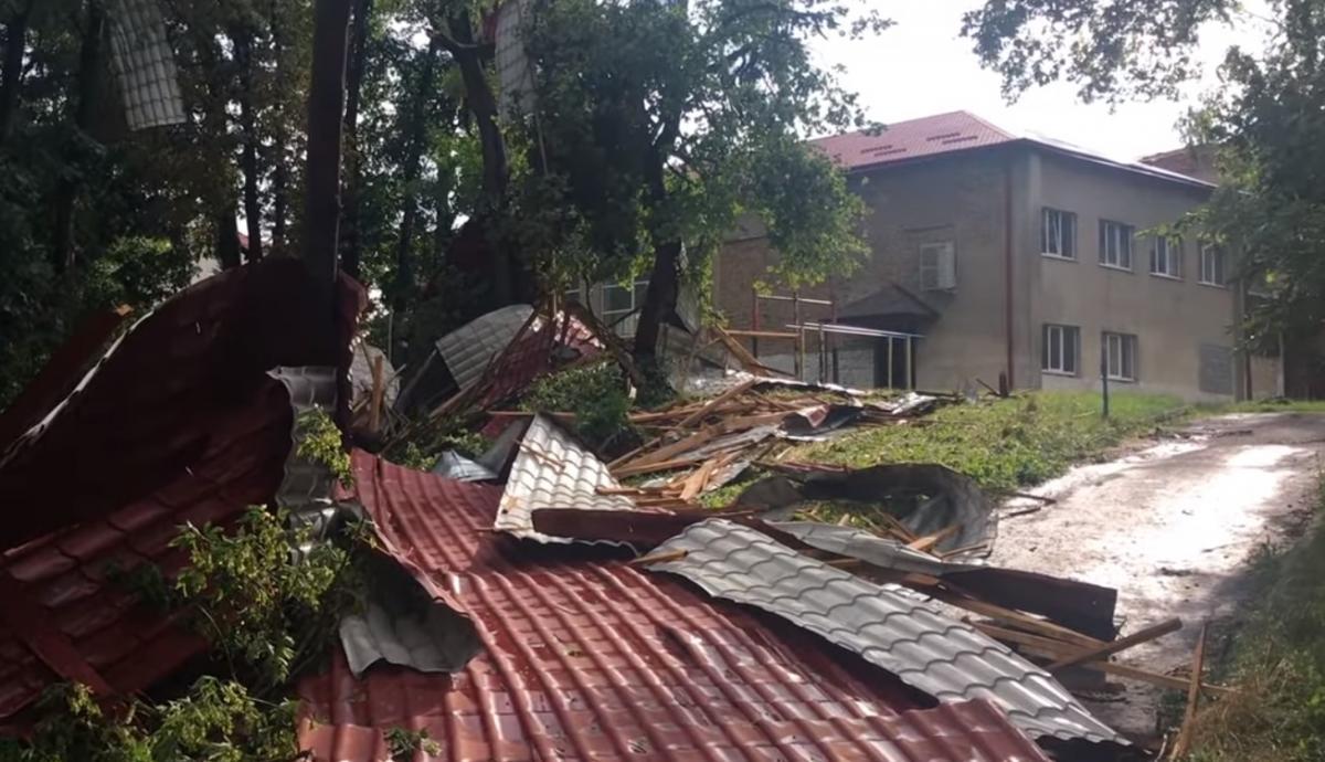 Из-за непогоды в Украине 120 населенных пунктов остались без электричества / скриншот с видео