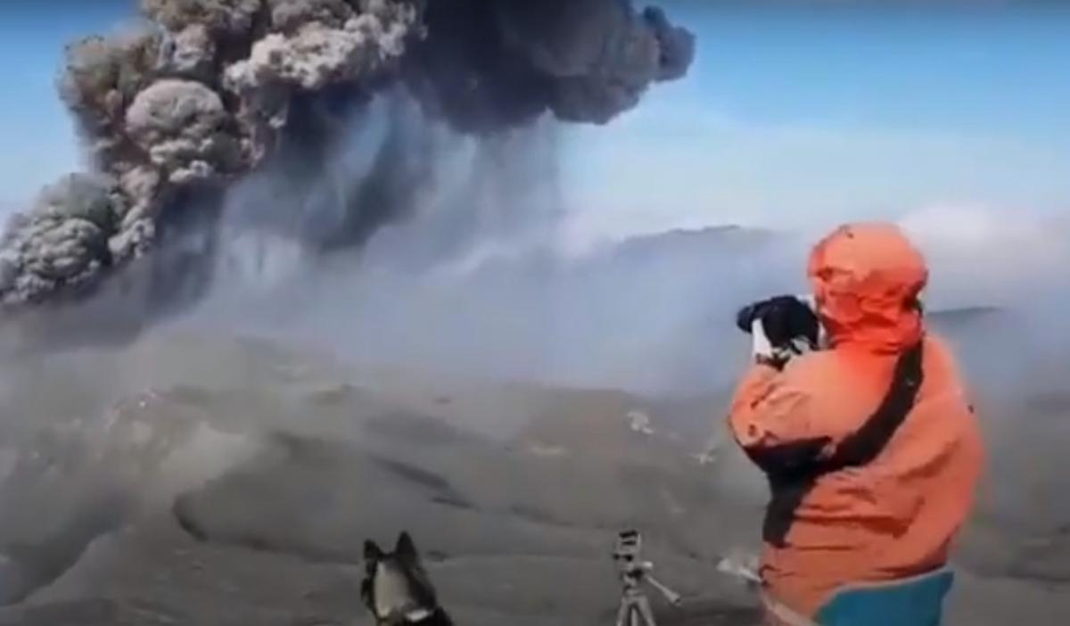 На Курилах активизировался вулкан Эбеко / скриншот видео