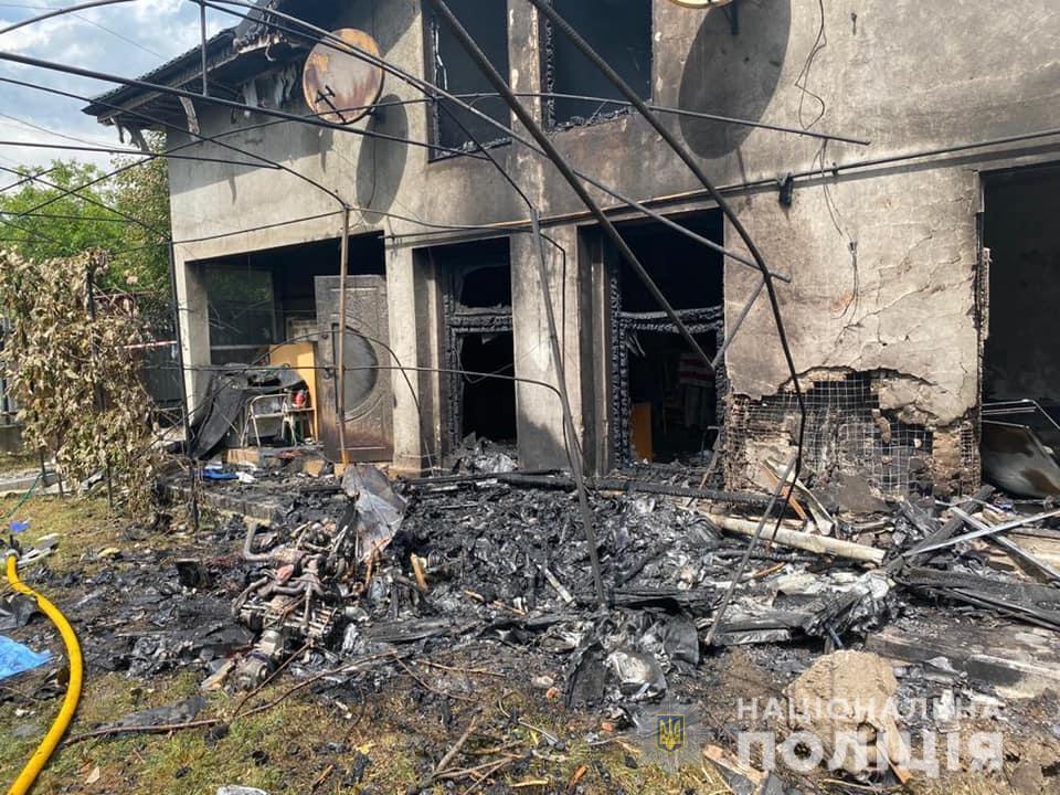 Влада обіцяє допомогти відновити будинок, проте господар на це мало сподівається/ фото ГУ НП в Івано-Франківській області