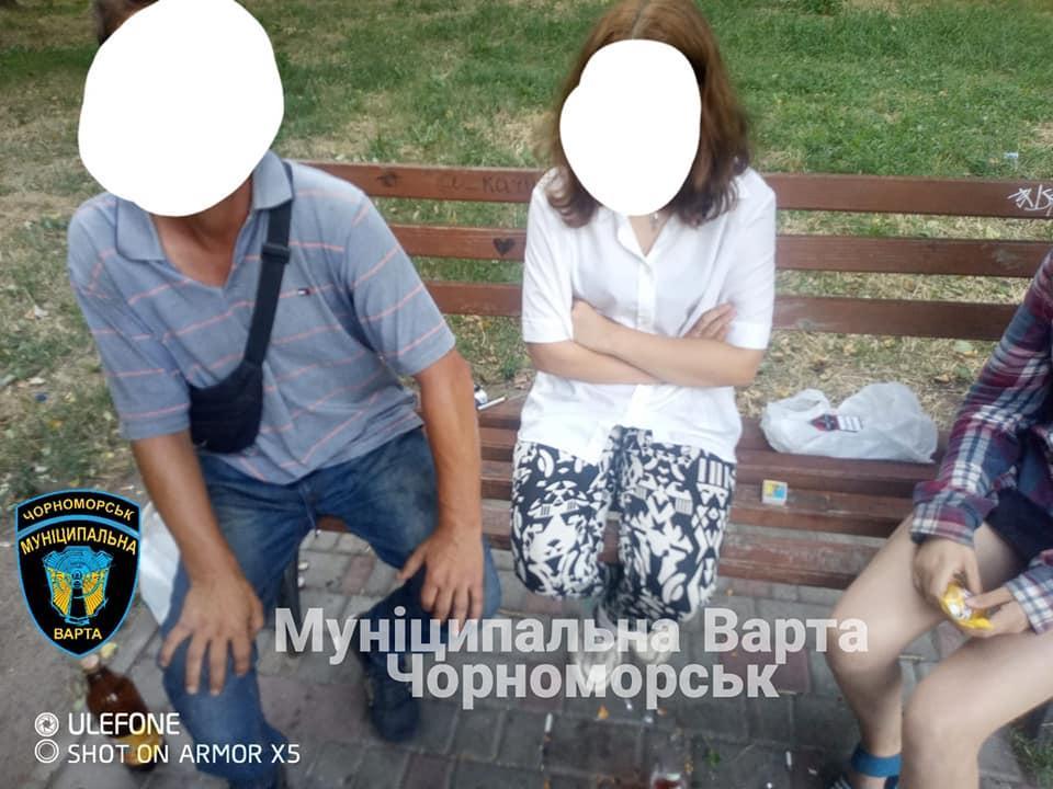 Чоловік не зміг чітко пояснити, ким він доводиться дівчаткам / фото - facebook.com/varta.chornomorska