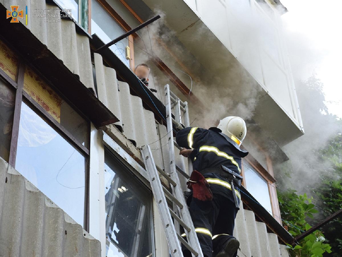 Спасатели приехали по адресу и увидели, что с балкона квартиры выглядывает ребенок / фото ГСЧС