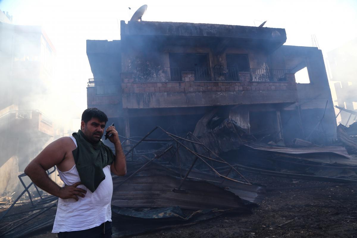 Местные жители помогают бороться с лесными пожарами на юго-западе Турции/ фото Reuters
