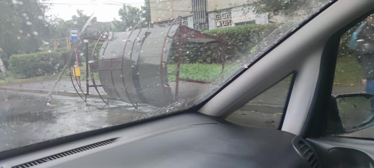 Ураган повалил остановку общественного транспорта / фото УНИАН