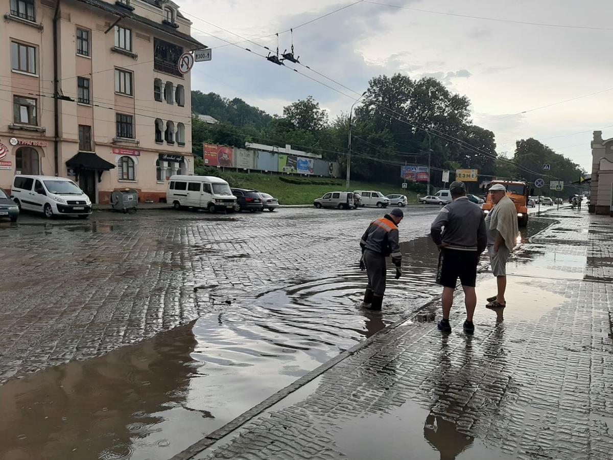 Сильный ливень подтапливает улицы Черновцов второй день подряд / фото УНИАН
