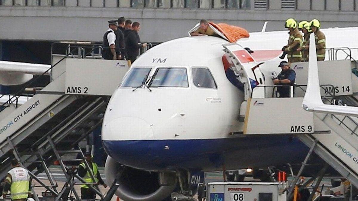 Активист Extinction Rebellion приклеил себя к крыше самолета, чтобы выразить протест против изменений климата / фото REUTERS