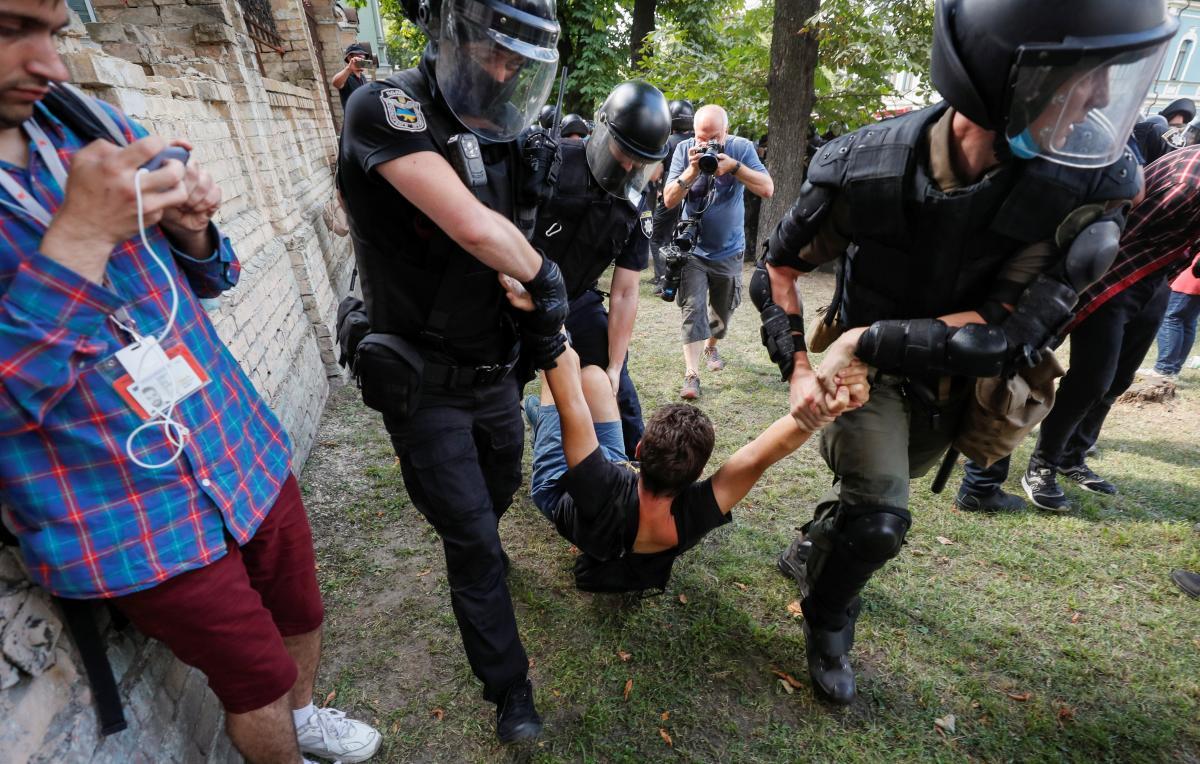 Мужчины хотели помешать проведению ЛГБТ-рейва / Фото: REUTERS
