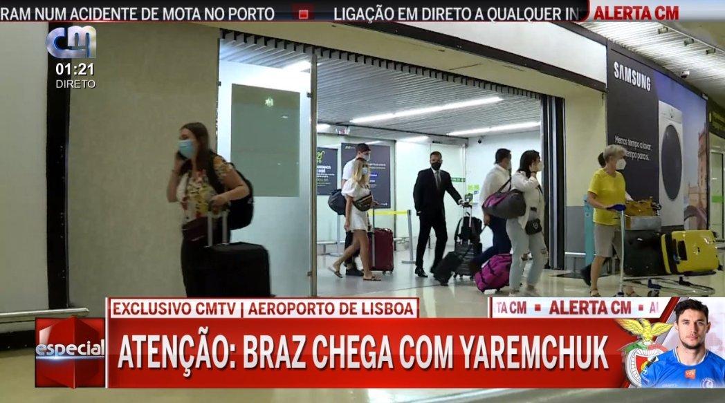 Яремчук в аэропорту с женой