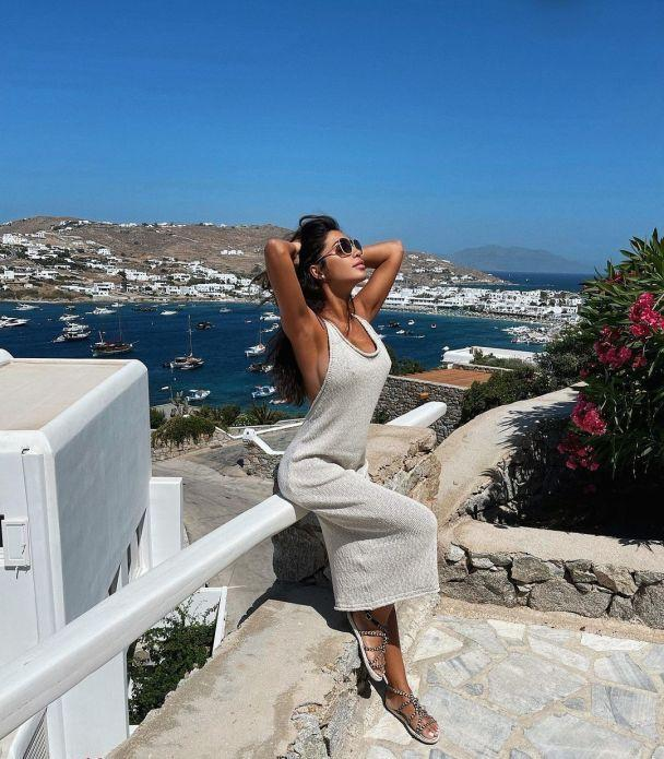 Нежное платье молочного цвета - идеально для отпуска / instagram Санты Димопулос