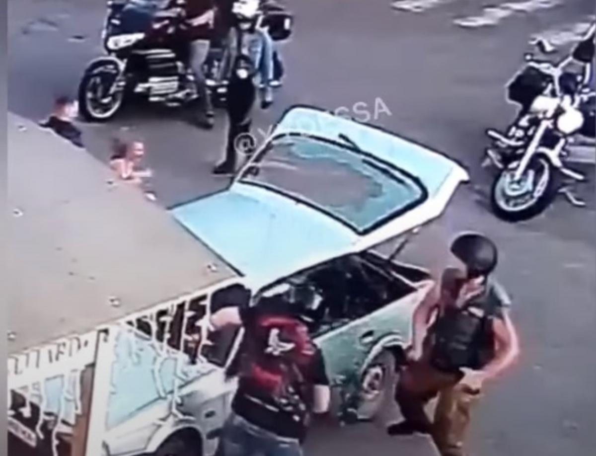 Байкери ланцюгами розбили автомобіль / скріншот з відео