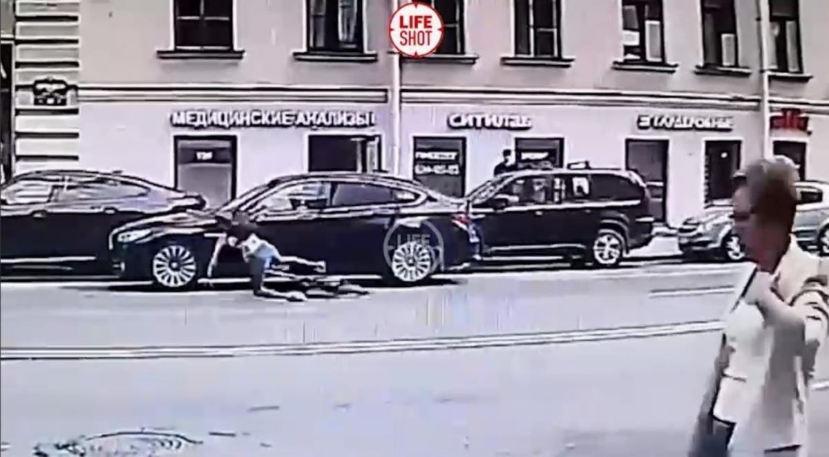 Девушка упала на дорогу после столкновения / скриншот из видео