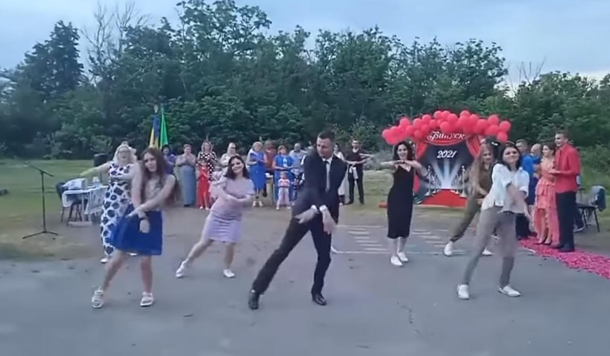 Василь Маслей запалює з дівчатами / скріншот з відео