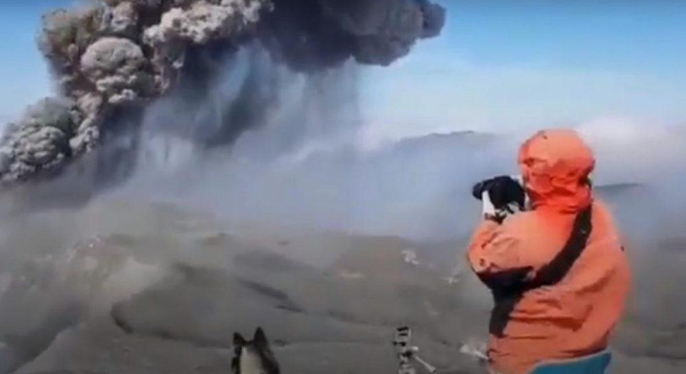 В Индонезии извергается вулкан: погибли два человека