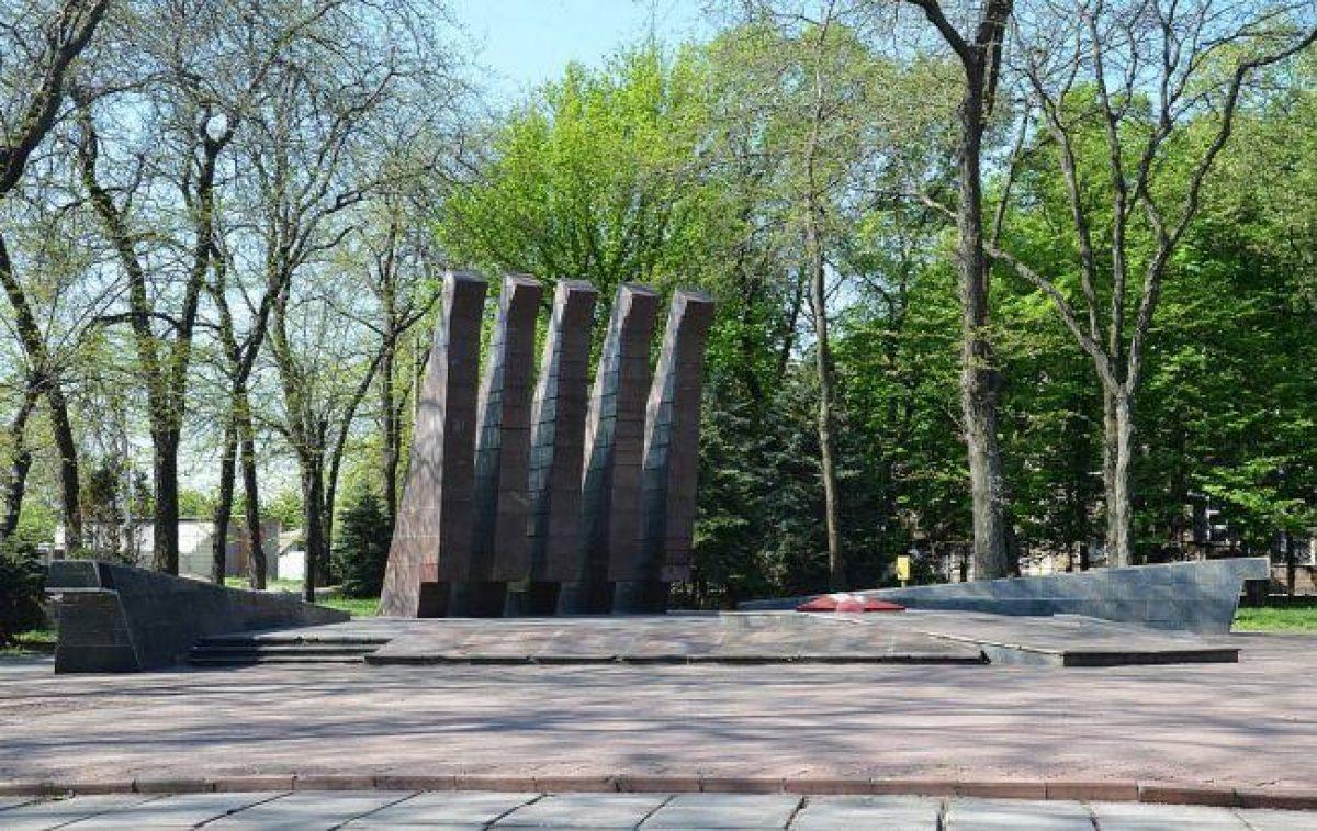 Это дно: в Кривом Роге вандалы осквернили братскую могилу воинов Второй мировой