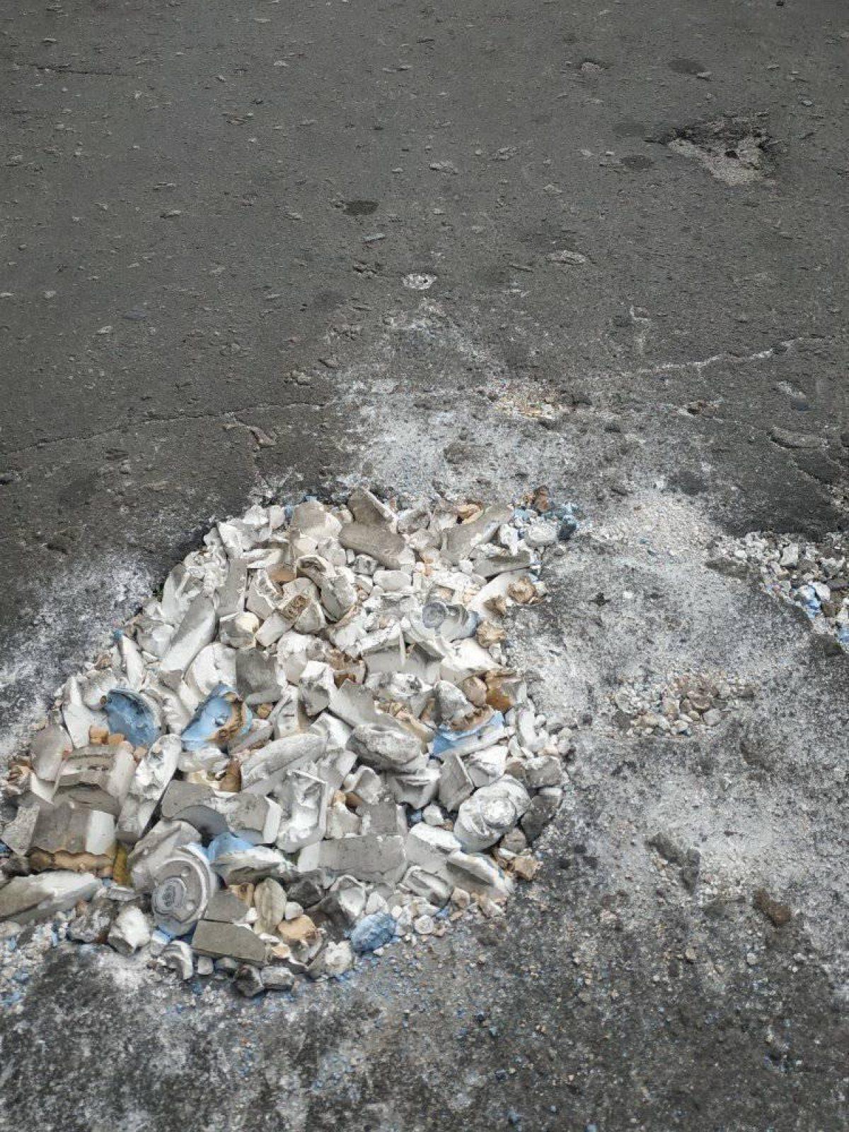 В Луганской области дорожную яму заделали слепками челюстей (фото) - 2 - изображение
