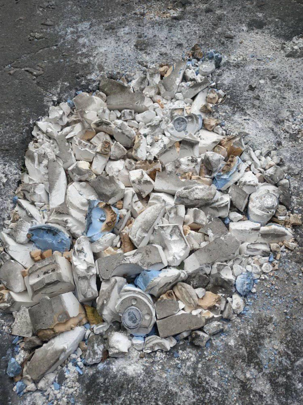 В Луганской области дорожную яму заделали слепками челюстей (фото) - 1 - изображение