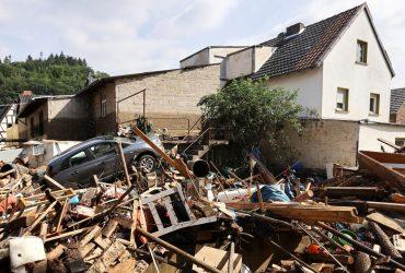 Разрушительное наводнение в Германии: спасатели до сих пор ищут 16 человек