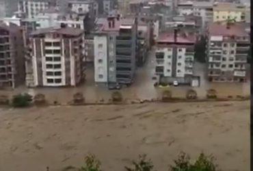 На Турцию обрушилось сильнейшее наводнение (видео)
