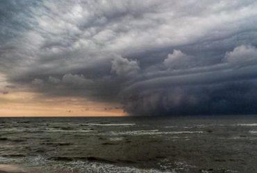 """""""Не дай бог больше такое увидеть"""": в сети показали грандиозную бурю под Мариуполем (фото)"""
