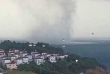На побережье Черного моря засняли огромный водяной смерч (видео)