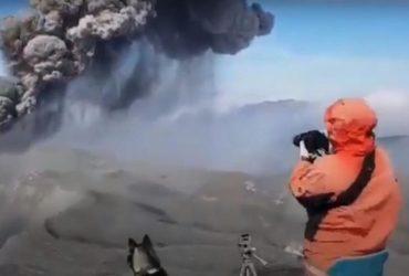 На Курилах огромный вулкан выпустил столб пепла на двухкилометровую высоту (видео)