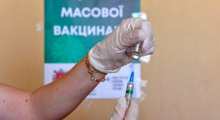 """Зеленський відповів на петицію про """"примусову вакцинацію"""": """"перевів стрілки"""" на Шмигаля і Стефанчука"""