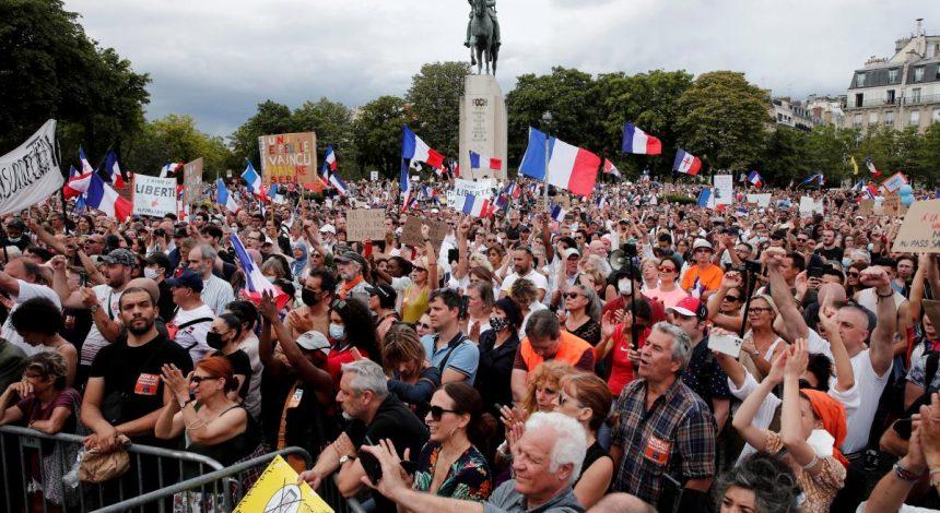 Противники вакцинации устроили столкновения с полицией в Париже (фоторепортаж)