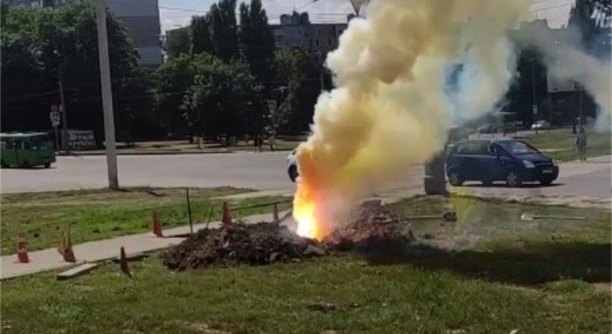 У Харкові з-під землі вирвався вогняний стовп: що це може бути (відео)