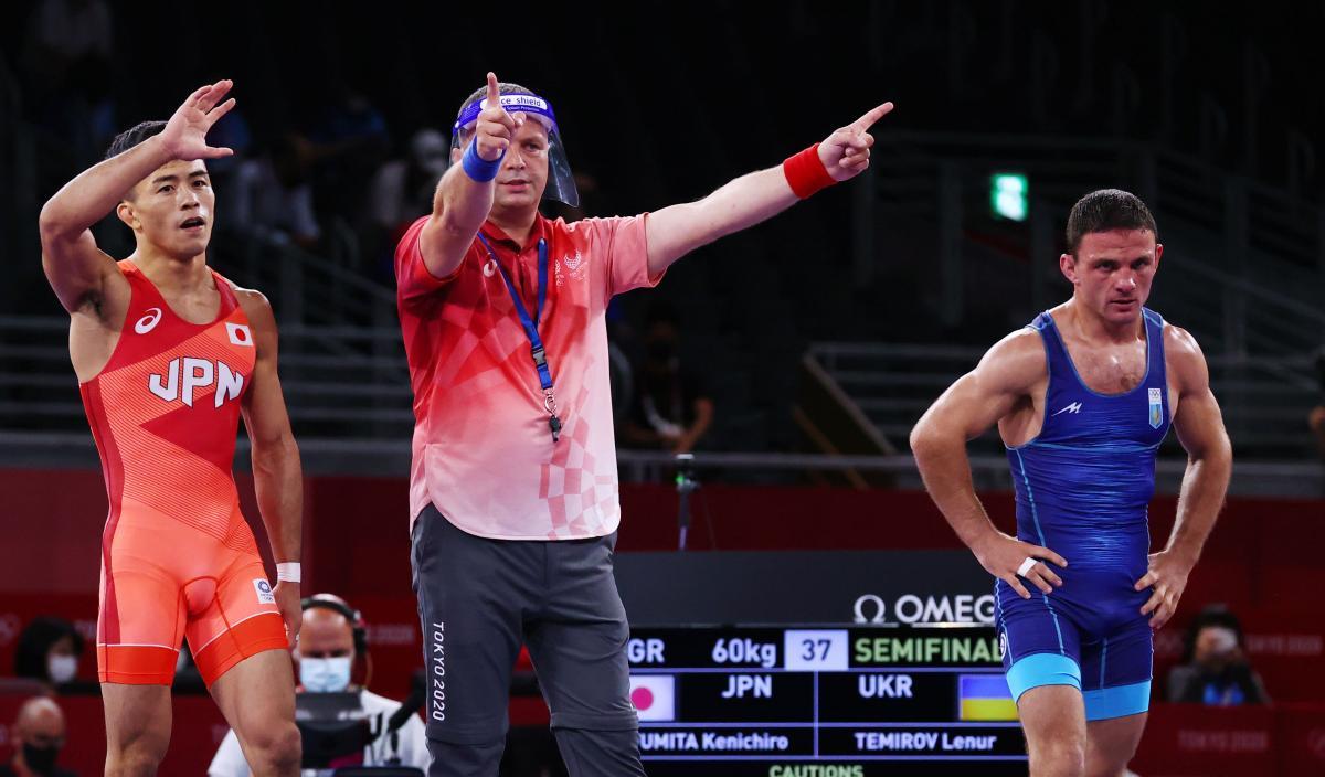 Ленур Теміров (праворуч) програв японцю / фото REUTERS