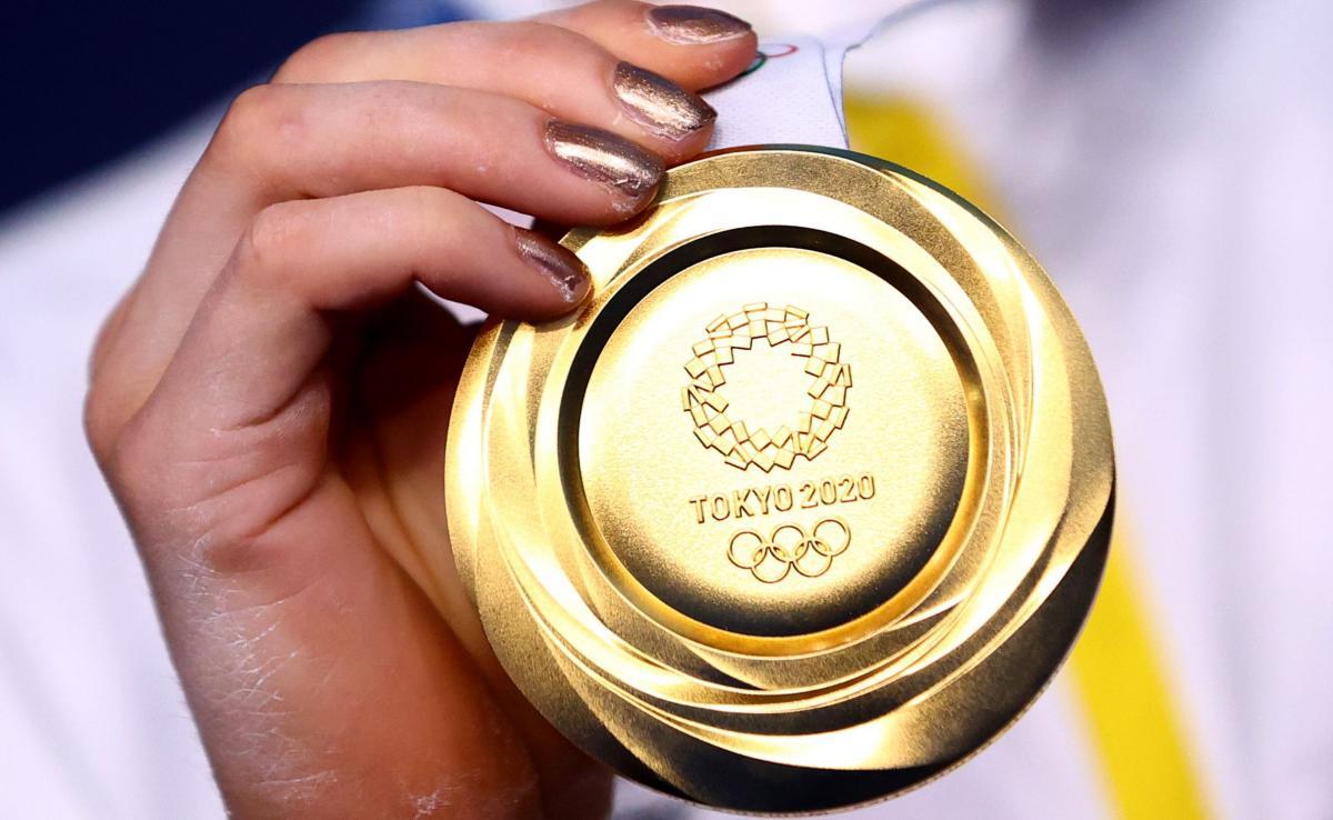 Золота медаль Олімпіади-2020 / фото REUTERS