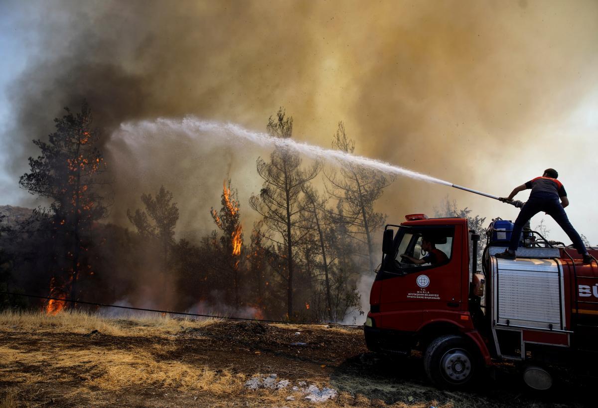У ліквідації пожеж задіяні тисячі фахівців / фото REUTERS