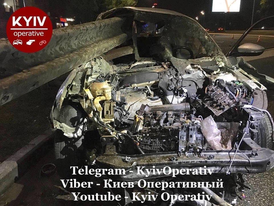Отбойник прошел через авто / фото: Киев Оперативный Facebook