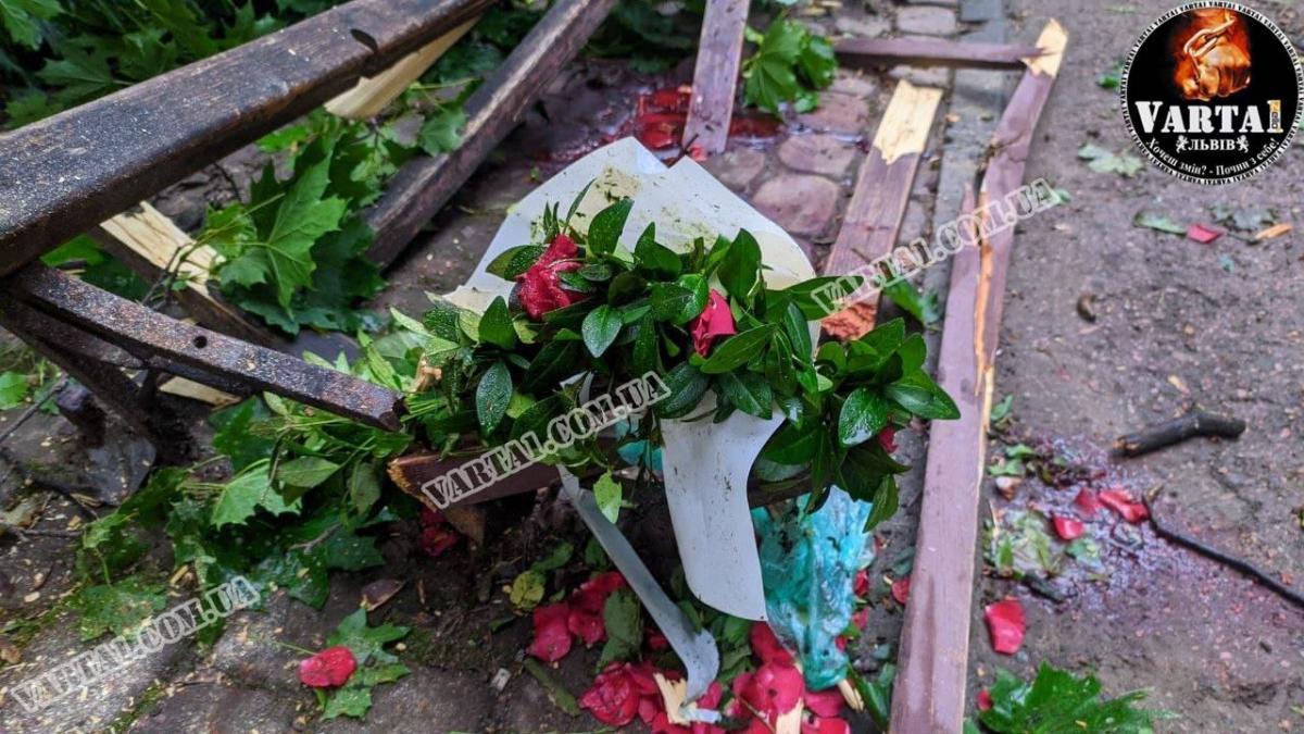 "Остатки цветов на месте смерти / фото ""Варта 1"""