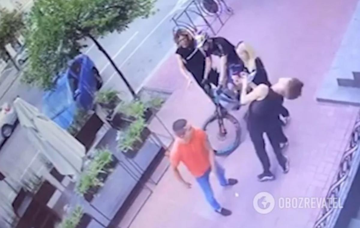 Сотрудник УГО вырубил танцора с одного удара/ скриншот из видео