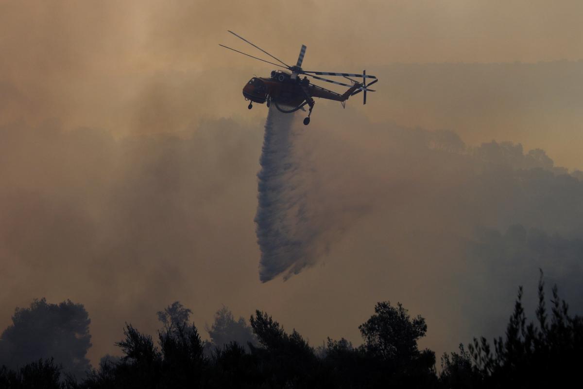 У Греції через лісові пожежі евакуюють людей / фото REUTERS