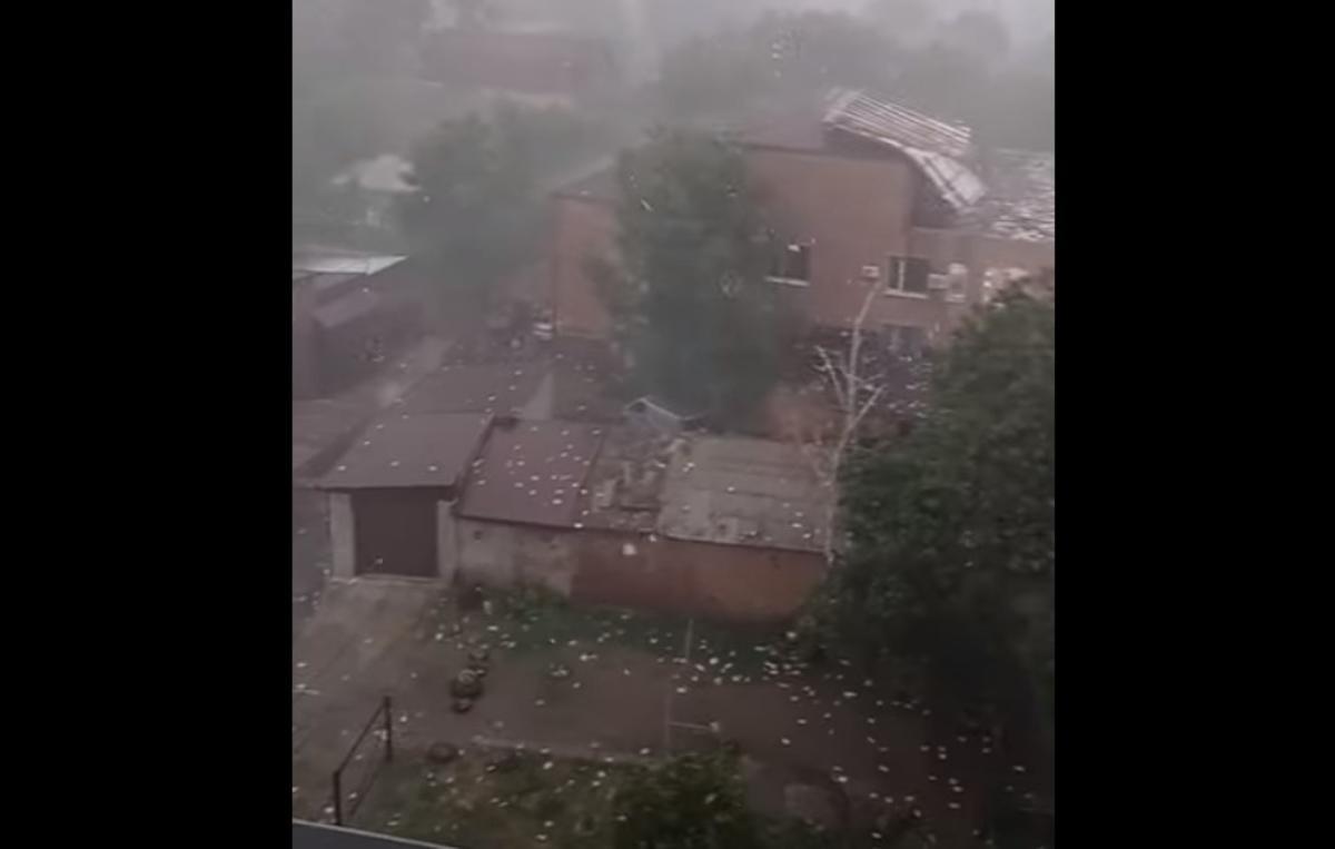 В здании Первомайского суда сорвало крышу / скриншот