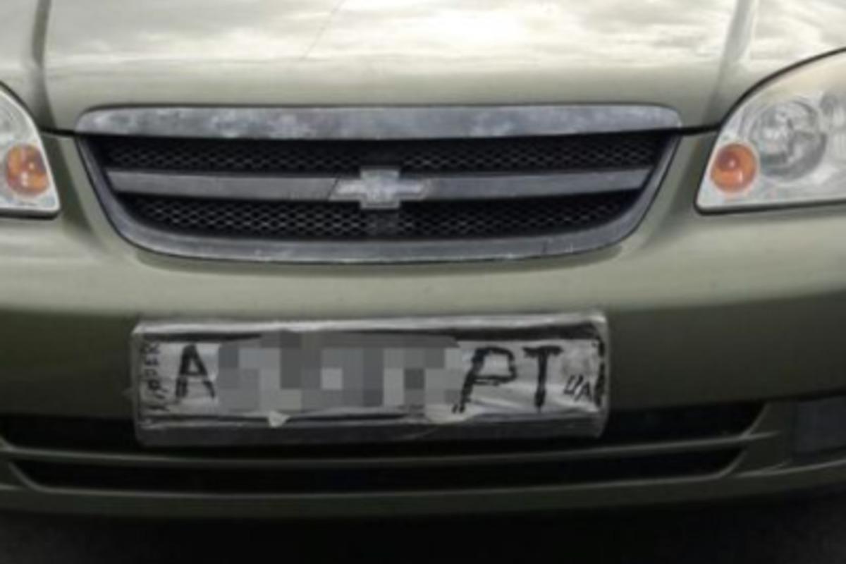 В селе Чайки наказали водителя авто, у которого были нарисованные номера / facebook.com/kyivregionpatrolpolice