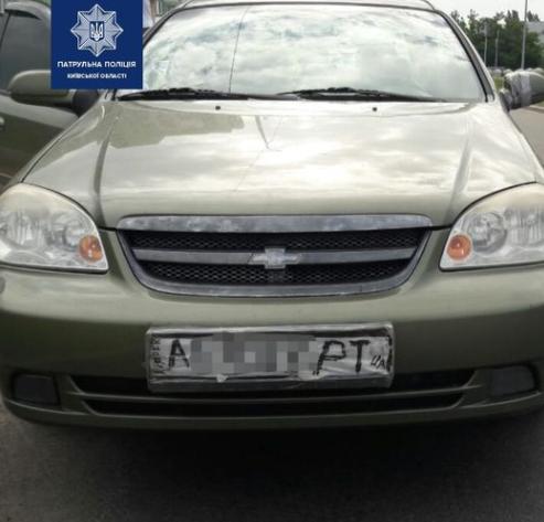 У Киева наказали водителя авто, у которого были нарисованные номера / facebook.com/kyivregionpatrolpolice
