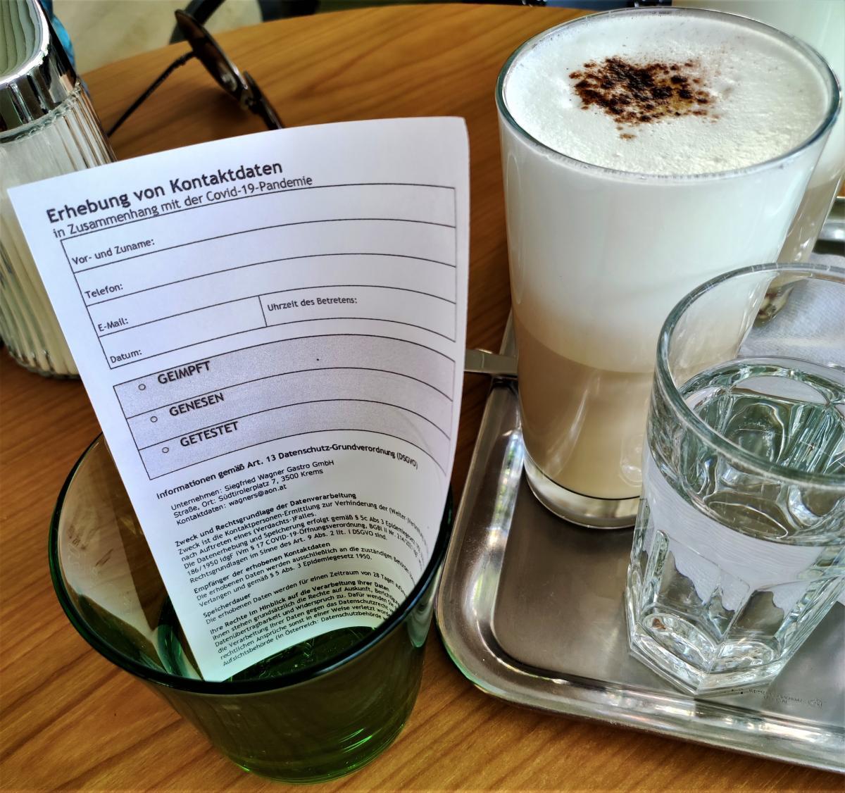 Ось такі форми можуть попросити заповнити в австрійських ресторанах / фото Марина Григоренко