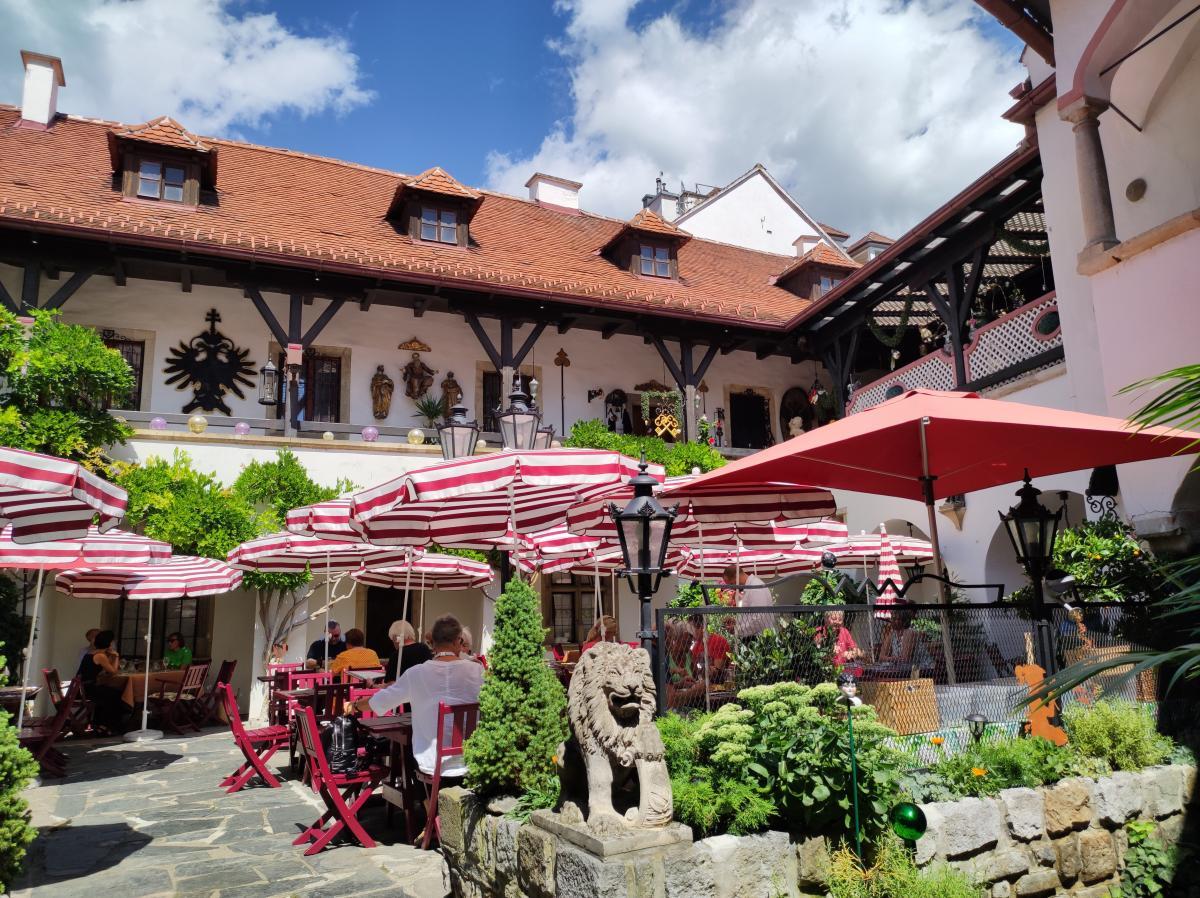 А ось у австрійських ресторанах зараз не так вже й легко знайти вільне місце / фото Марина Григоренко