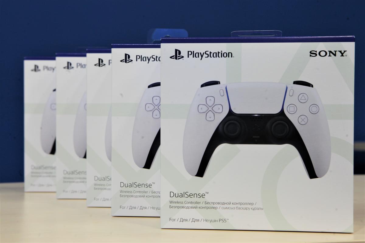 П'ять геймпадів DualSense, які дістануться учасникам конкурсу / фото УНІАН