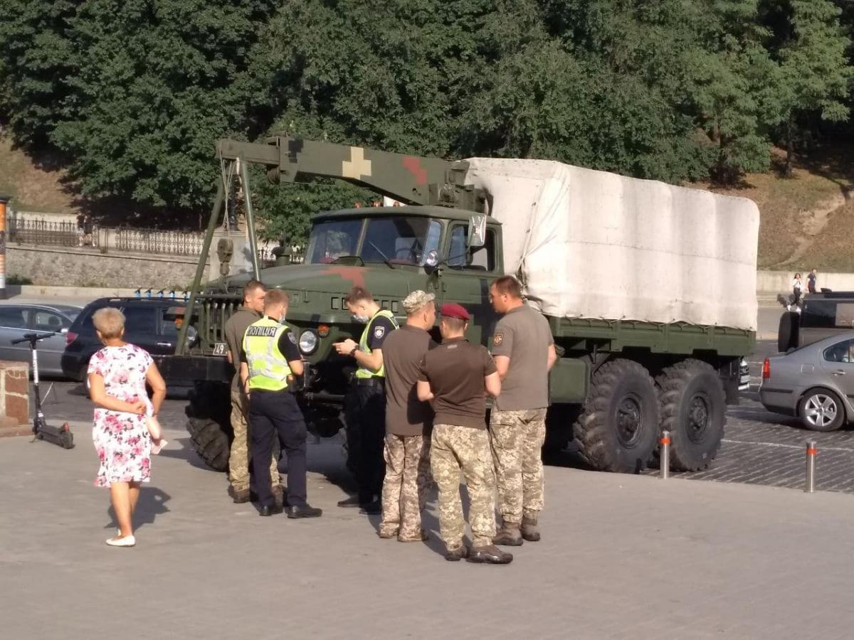Вантажівку зупинили паркувальні стовпчики / фото УНІАН