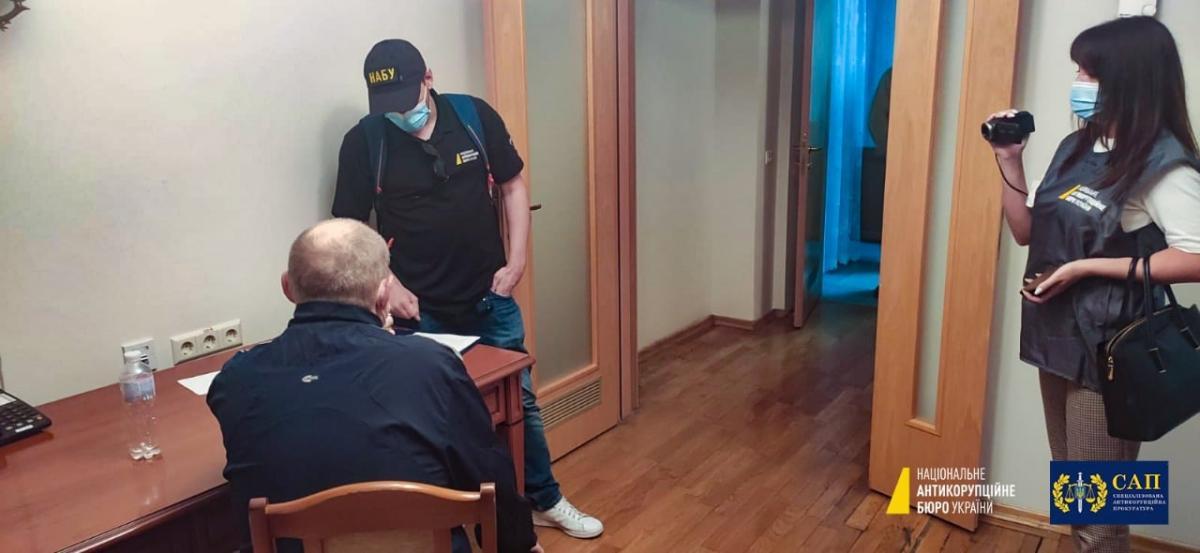 """Детективи нагрянули до Чауса в """"Феофанію"""" / фото: НАБУ"""