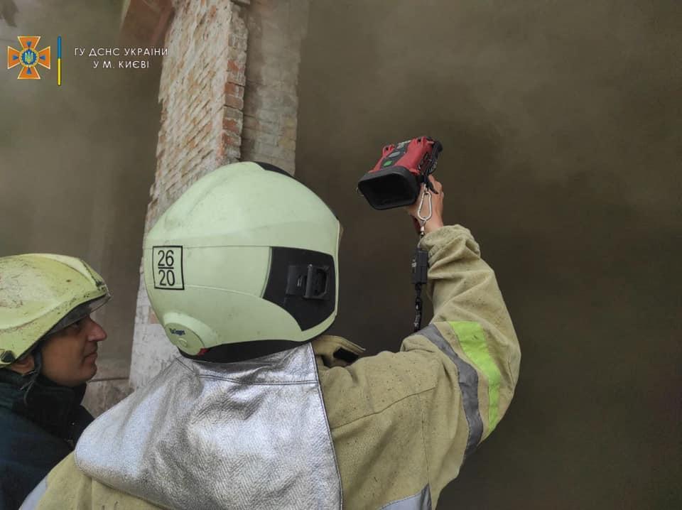 Для гасіння пожежі залучилиблизько 50 осіб особового складу / фото ДСНС м. Київ
