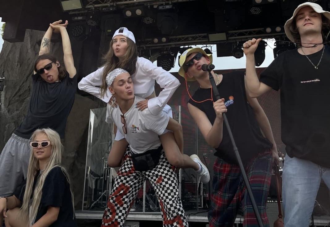Евгений Гончаренко - в центре в белой футболке / фото instagram.com/zhenja_goncharenko