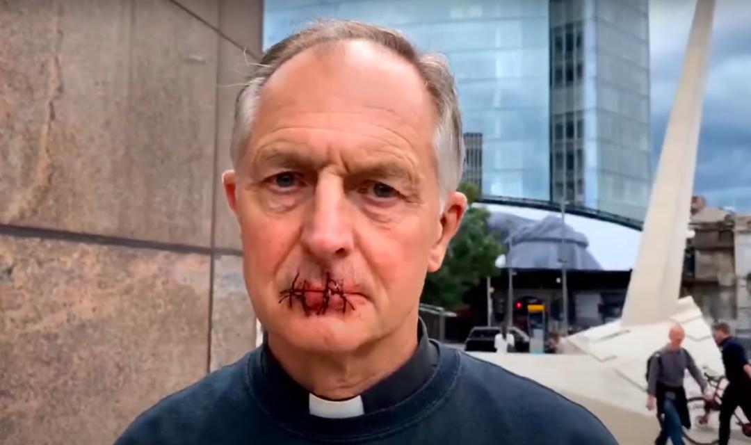 Возле офиса компании Мердокасвященник взял иголку, нитки и зашил себе губы / скриншот