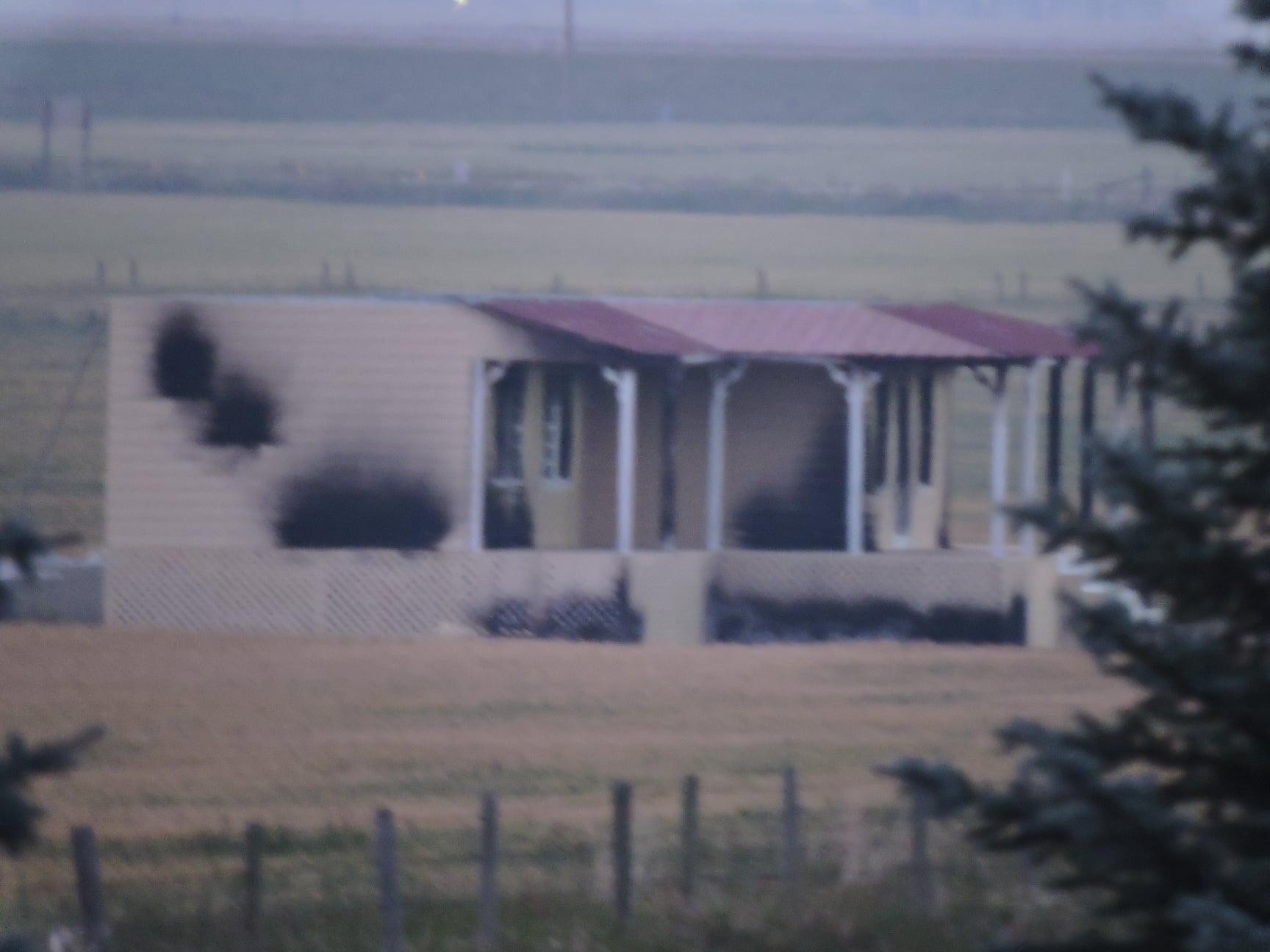 Згорілий будинок, як у пролозі гри / фото twitter.com/HBOsTheLastofUs