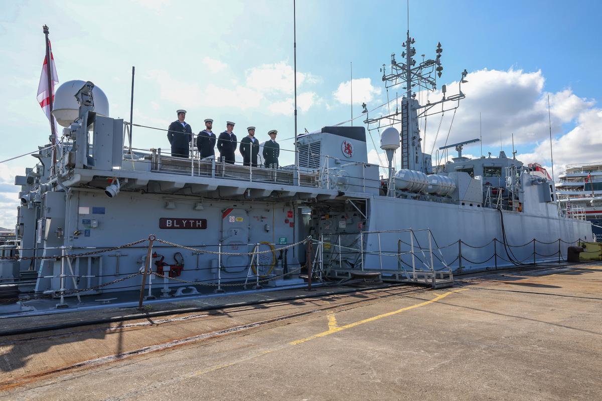 """Королівський флот Британії влаштував """"проводи"""" двох бойових кораблів/ фото twitter.com/RoyalNavy"""