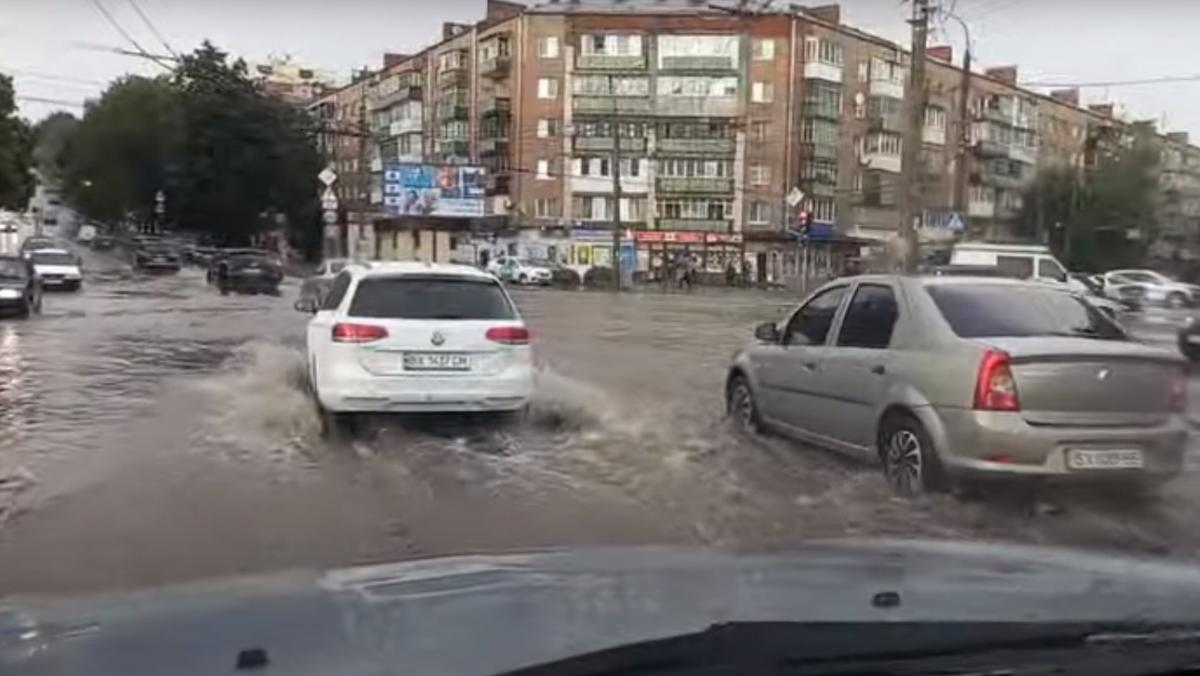 Злива у Хмельницькому наробила лиха / скріншот з відео
